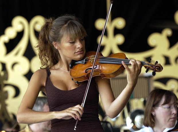 nicola benedetti plays the violin