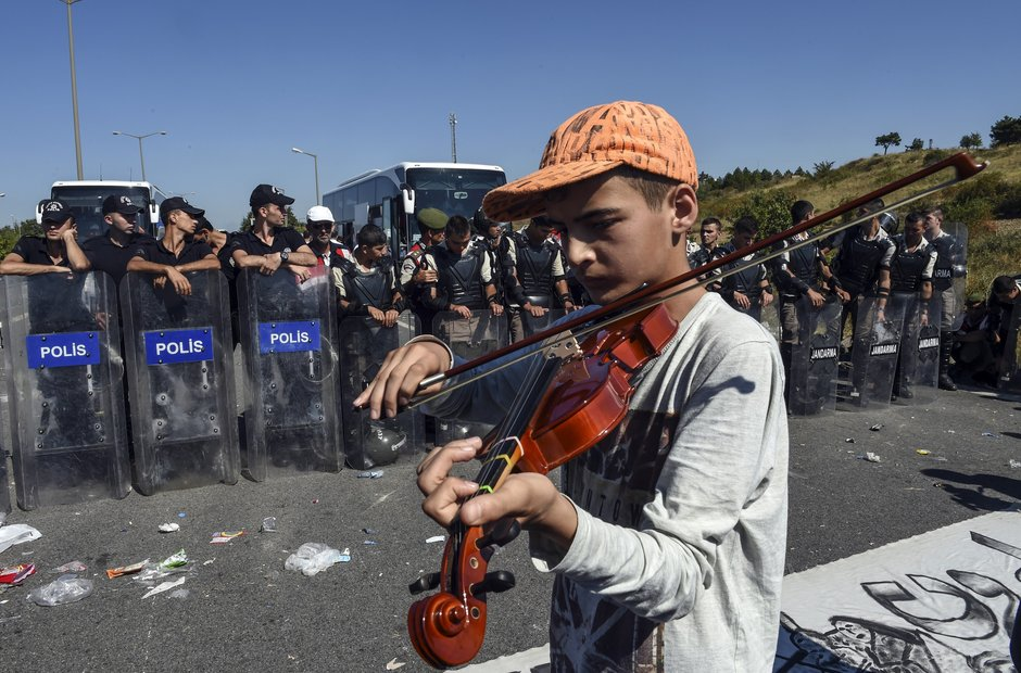 Migrant plays violin on the Greece-Turkey border